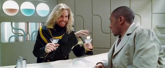 """Brinde com a Dinamite Pangalática - Imagem do filme 'O Guia do Mochileiro das Galáxias"""" baseado no livro de Douglas Adams"""