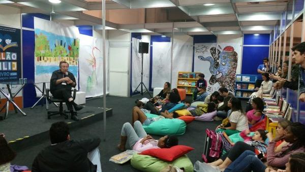 Pedro Bandeira conversa com leitores no 17º Salão FNLIJ do Livro para Crianças e Jovens/ Foto: Vai Lendo