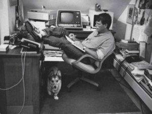 Stephen King trabalhando em seu escritório, em Maine, nos anos 80 / Fonte:  npr.org
