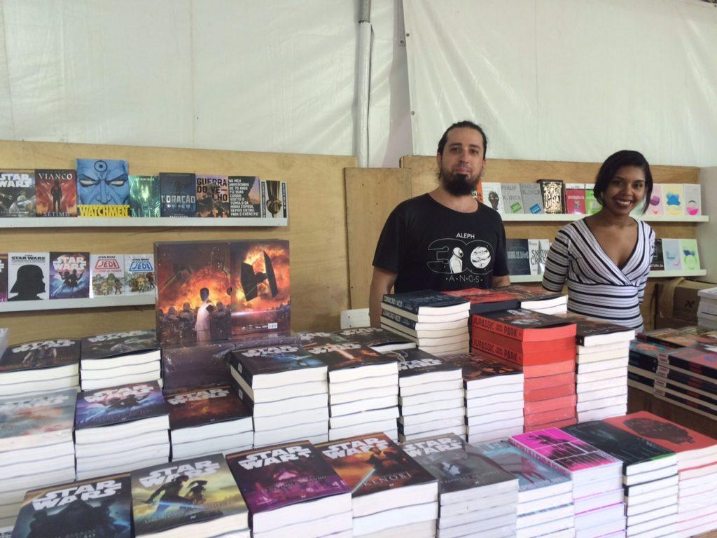 Eduardo Cabelo e Alessandra, da Aleph/Para ele, é fundamental cuidar do leitor e respeitá-lo/Foto: Vai Lendo